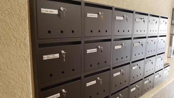 lépcsőházi postaládák